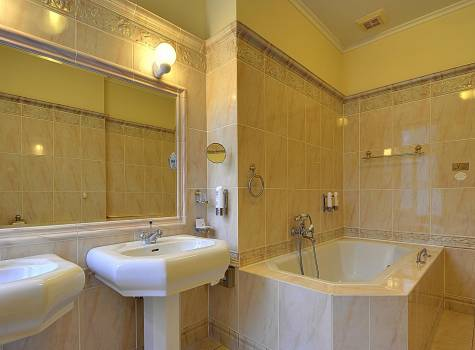 Radium Palace  - Radium Palace_Suite_Cat. Superior PLUS_bathroo (1).jpg